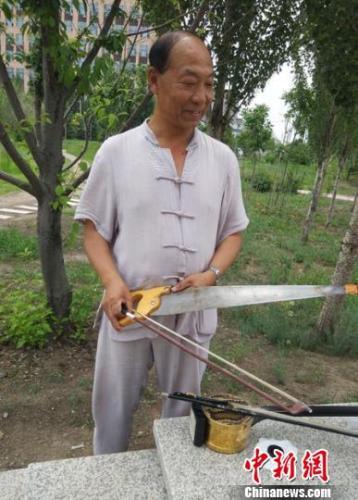 吉林六旬老人苦练锯琴14年 一把锯子拉出经典曲调