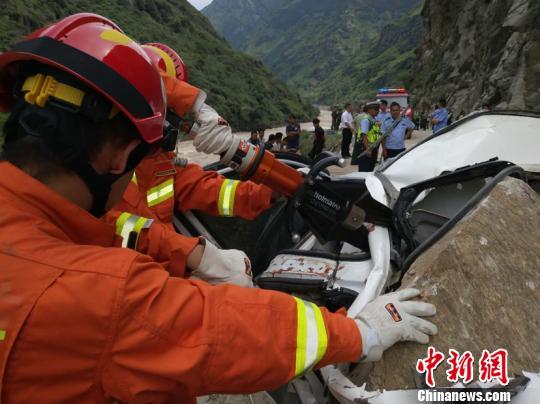 云南怒江山石滚落砸中行驶车辆 致3人死亡7人受伤