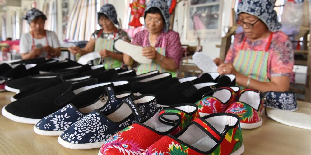 """临沂:新式""""千层底""""布鞋让老手艺重放异彩"""