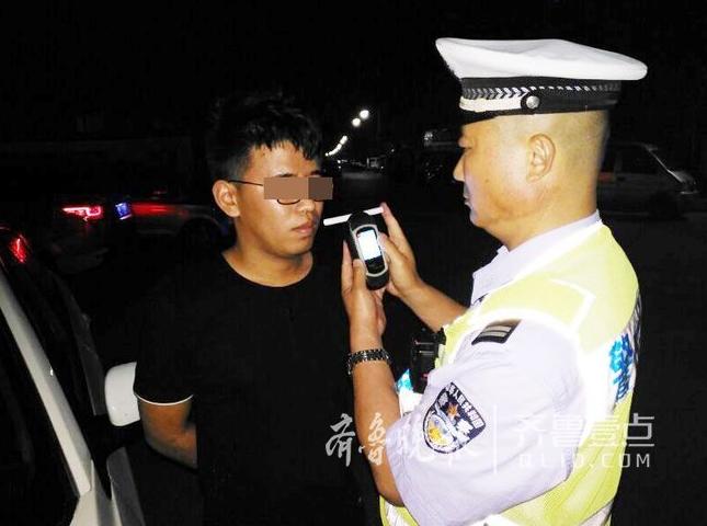 """真醉了!醉汉司机把自己当警察上路""""执法""""(图)"""