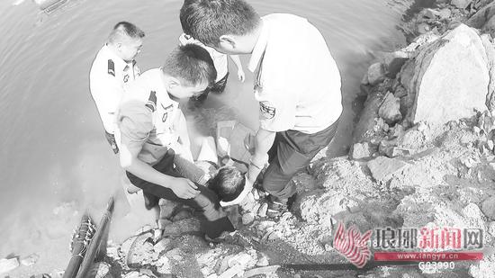 临沂一男子投水轻生又后悔被困水中 民警救助上岸