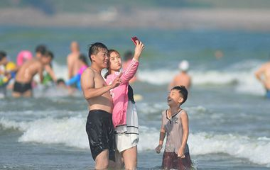 青岛石老人海水浴场游客聚集 感受清凉乐享海滩