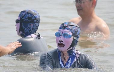 青岛脸基尼大妈海水浴场扎堆游泳