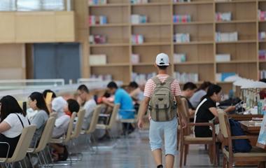 """济南:暑期到来 """"学生军""""结伴扎堆图书馆学习"""
