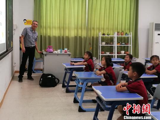 深圳多所民办学校开放日:国际化教育受到市民追捧