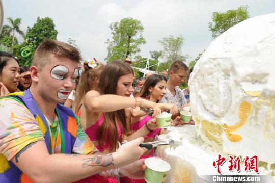 广东人消暑有妙招:千人砸冰吃大雪糕