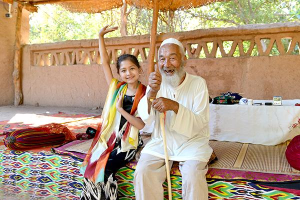 43  葡萄沟里104岁的维吾尔族老人和他的重孙女