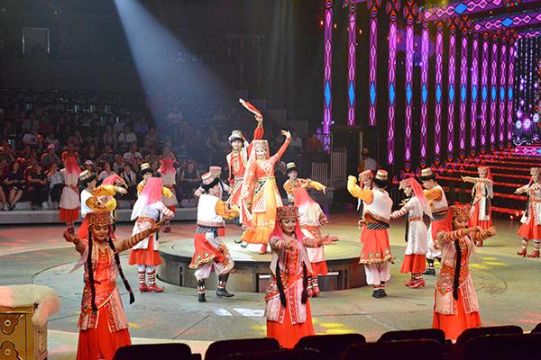 47  观看大型民族歌舞表演《丝路秀》