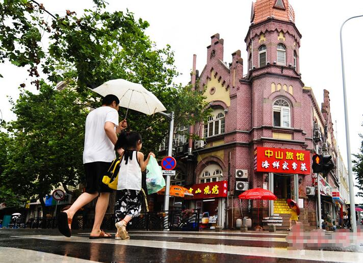 青岛进入旅游旺季 雨中老城区吸引游客