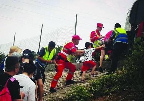 临沂:客车抛锚 高速管理人员剪开护网转移29名乘客