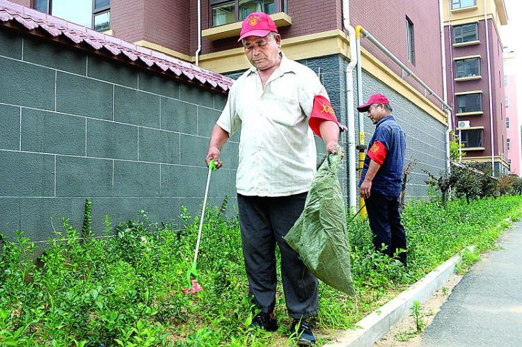 高新区裕丰社区:志愿者清理社区垃圾