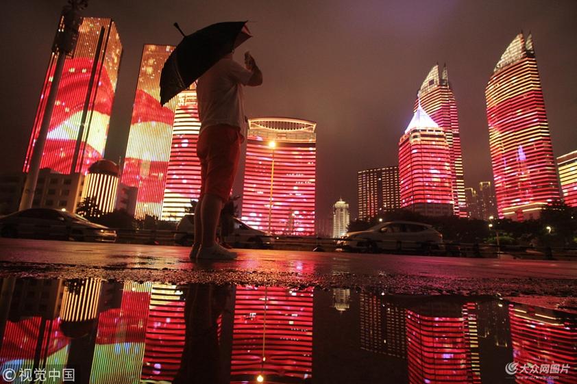 雨后青岛如童话世界 灯光秀倒影如梦似幻