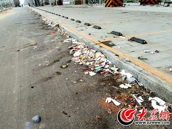 菏泽丹阳立交桥下垃圾成堆 相关部门将全力清理