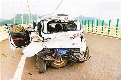 """驾驶员高速大桥上停车""""看风景"""" 致使两车追尾"""