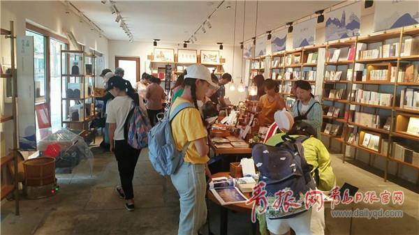 游客在崂山书房参观.jpg