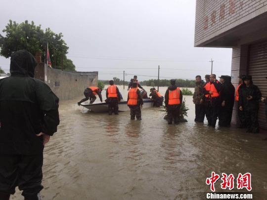 四川广汉遭特大暴雨袭击 多处房屋被淹道路冲毁