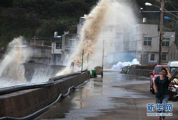 """台风""""玛莉亚""""袭来 东南沿海巨浪拍岸"""
