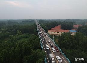 山东滨州:黄河大桥早晚高峰车流滚滚