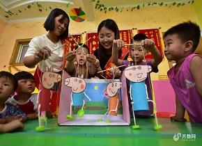聊城大学生与听障儿一起趣味游戏乐享暑假