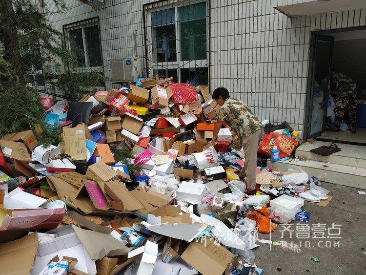 毕业生离校,遗下垃圾让宿管阿姨发小财