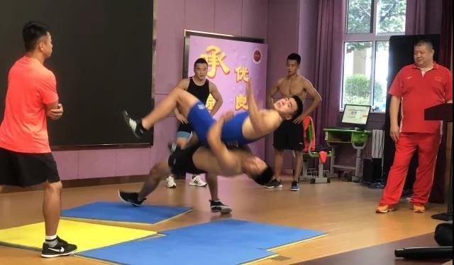 【体坛资讯】助力项目推广普及 省古典跤队走进伯乐实验学校