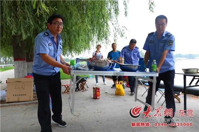 东营黄河河务局制止险工烧烤行为