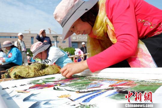 """针上流韵:青海农村妇女集中展示""""针尖上""""的文化"""