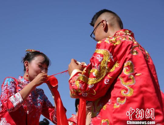 """99对新人情定""""西部花城"""" 行古礼演绎传统婚俗之美"""