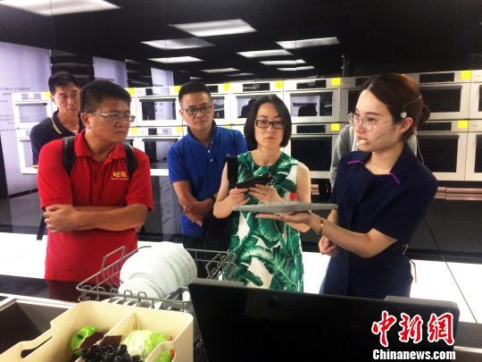 两岸媒体人走进浙江制造业企业 探访转型升级新机遇