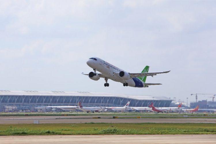 成功了!C919大型客机102架机转场东营
