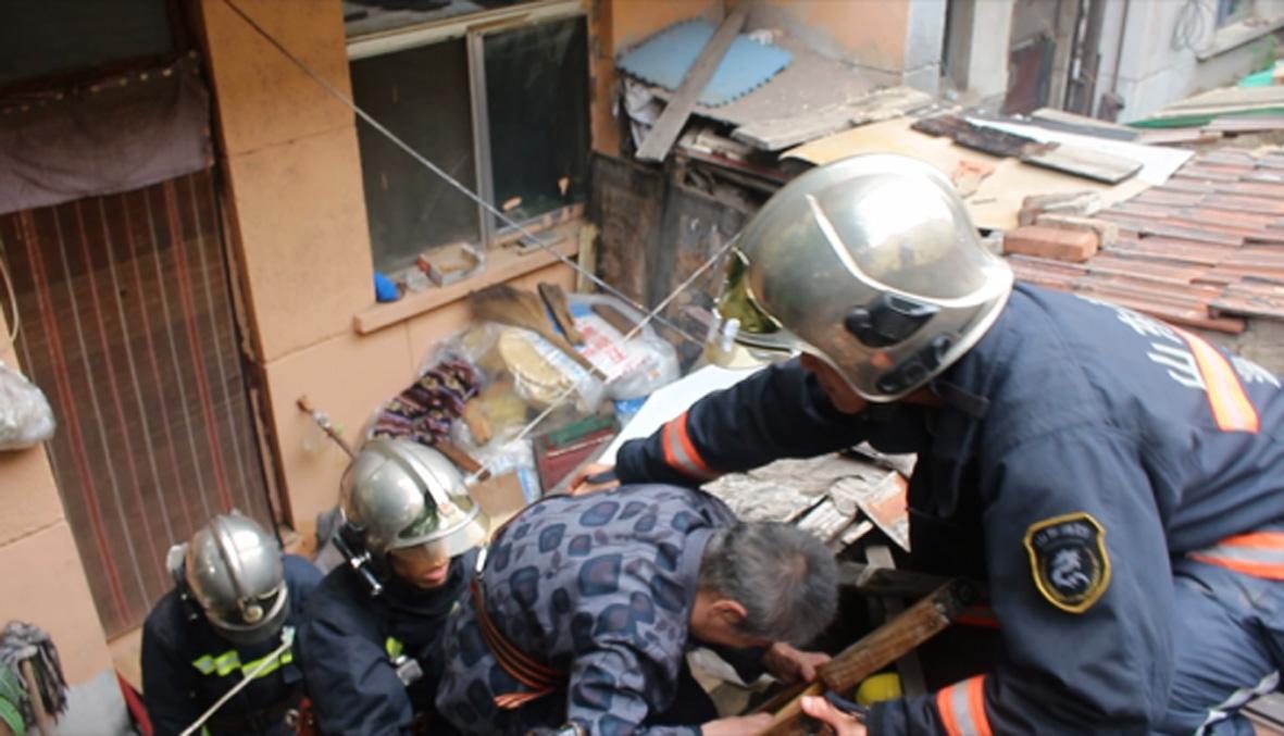 淄博八旬老人被困屋顶 消防官兵紧急救援