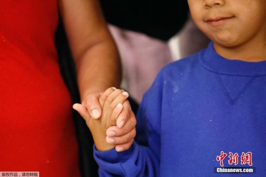 """""""骨肉分离""""被叫停后,美57名移民儿童与父母团聚"""