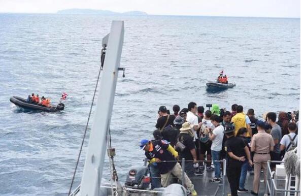 泰国政府官员12日中午在普吉游船翻沉事故救援情况发布会上表示,泰政府和保险公司当天下午开始向遇难者亲属及其他涉事故游客发放赔偿金和理赔金。泰国海军方面当天说,因天气和洋流原因,最后一具遇难者遗体的打捞工作当天无法完成。 泰国旅游和体育部次长蓬帕努说,这次事故让人痛心,泰国政府将拿出6400万泰铢(约合1283万人民币)作为外国游客救助赔偿金,赔偿给遇难者家属和受伤人员,保险公司也将同时发放理赔金。每名遇难者将获得总计210万泰铢(约合42万人民币)的赔偿。 泰国普吉府府尹诺拉帕在记者会上说,47具遗体中