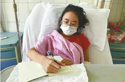 """24岁重症""""字条女孩""""出院回邹城老家 病床上写感谢信"""