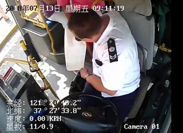 7分钟内男子两次乘公交被拒 驾驶员却获全车乘客点赞