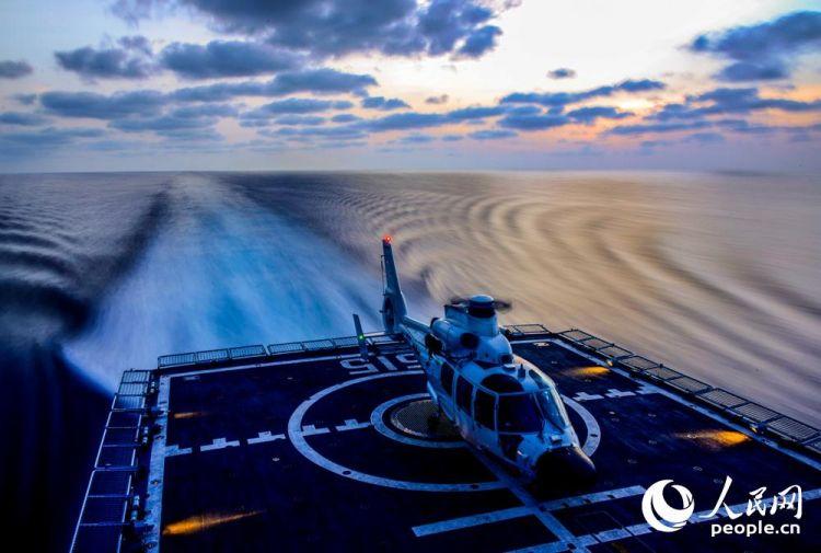 滨州舰大洋上练兵忙,直升机昼夜飞行
