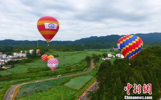 """热气球飞越江西广昌""""世界最大莲池"""""""