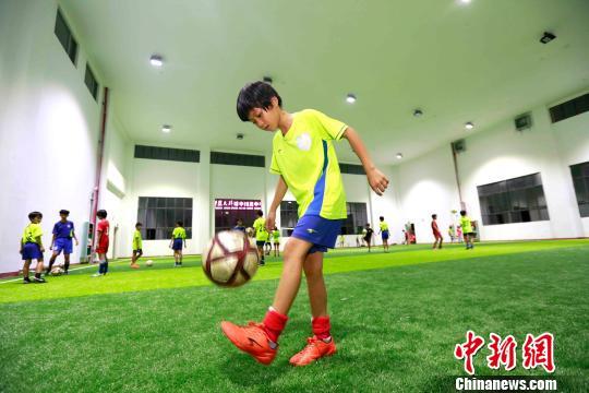 海南琼中女足10岁小将吴优当选牵手球童 走上世界杯决赛赛场