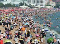 """山东现高温天气 青岛海水浴场近万游客""""下饺子""""避暑"""