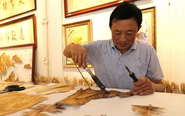 麦秸杆变成工艺品 探访青岛麦草画师丁锡森