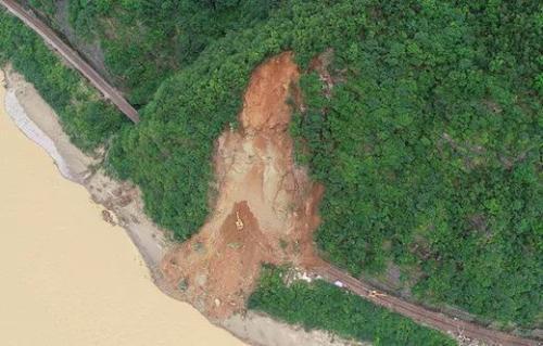 宝成铁路因山体崩塌部分线路被掩埋 线路运输中断