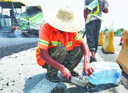 高温下的劳动者丨淄博铺路工一人一天能喝12升水
