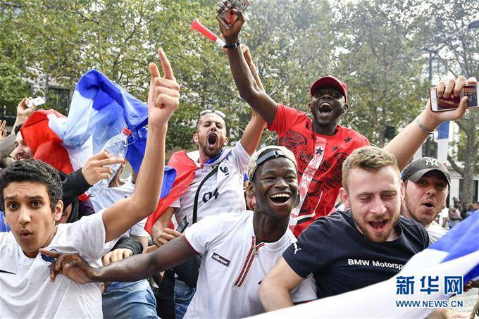 世界杯高卢雄鸡桂冠,法国球迷亮了
