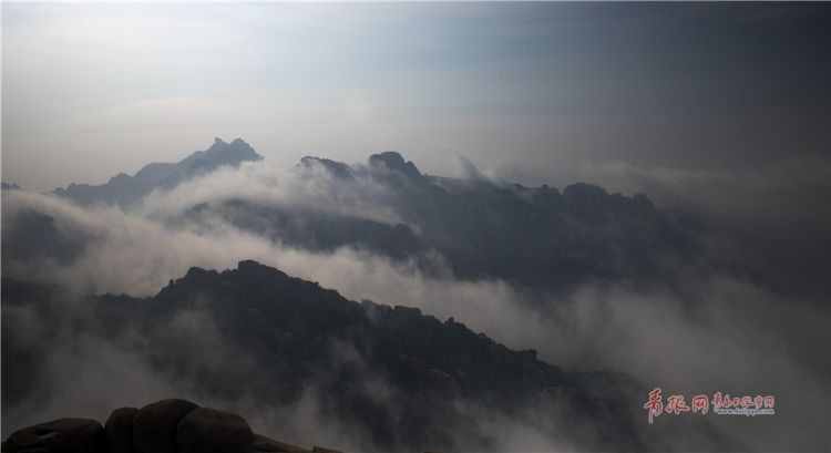 实拍平流雾漫延笼罩崂山 宛如一幅水墨画(组图)