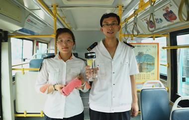 炎值≥35℃丨50℃车厢里的济南公交夫妻档