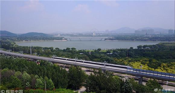 济南首条地铁线R1线高架全程试车 沿途山水如画