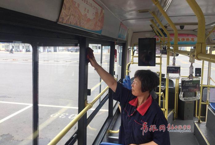 """公交车""""美容师"""":盛夏工作不到半小时衣服全"""