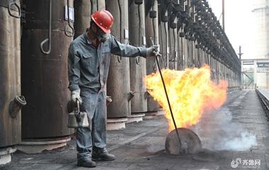炎值≥35℃丨53°C车间里的炼钢厂工人