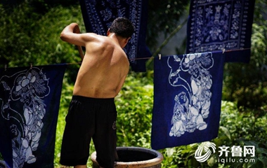 枣庄非遗传人李长平38°C高温下晒蓝花布
