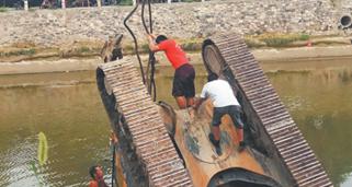 """挖掘机桓台乌河大桥附近作业时掉河 重型吊车""""出手搭救"""""""